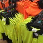 オーストラリアのファームや工事現場で見るあの蛍光色の作業着は何?英語でなんて言うの?
