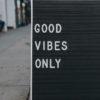 【スラング英語】vibes(バイブス)の意味!good vibesとは?使い方、例文、発音を教えます!